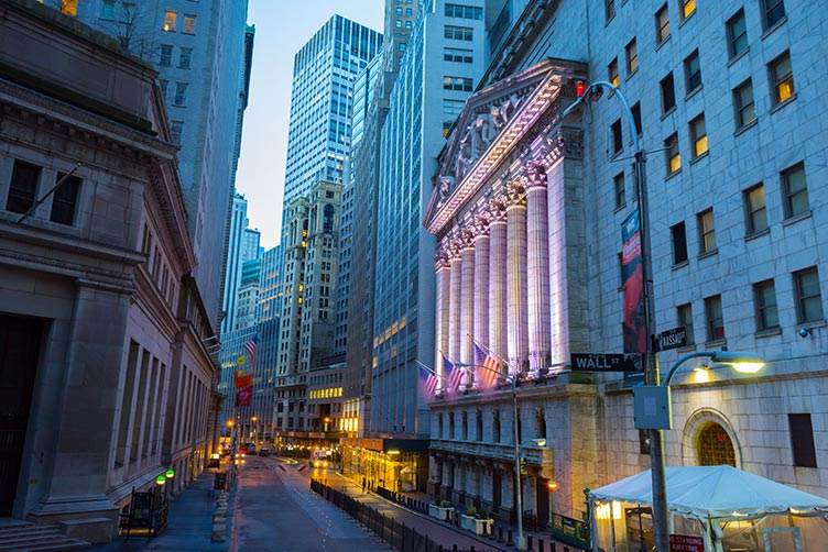 wall-street-columns-flags-IS-512831748